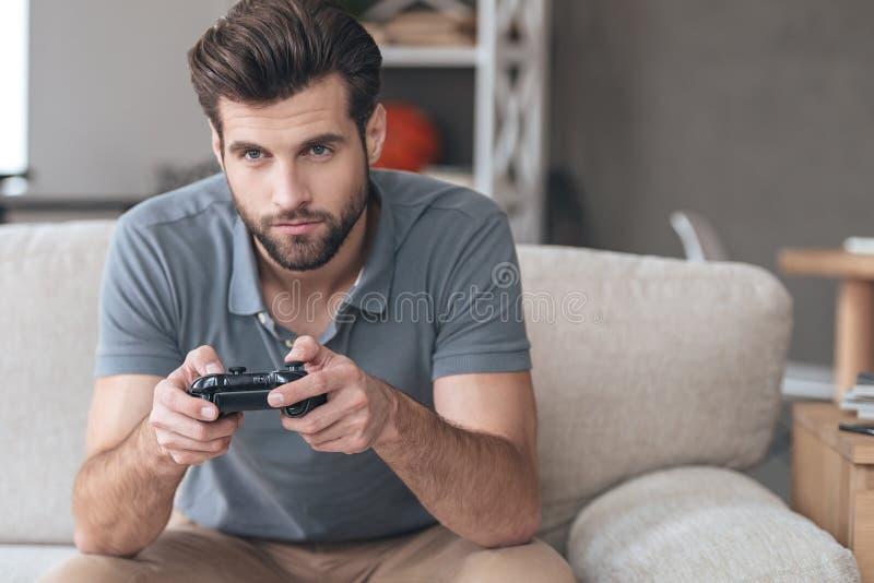 Total konzentriert auf sein Spiel stockbild