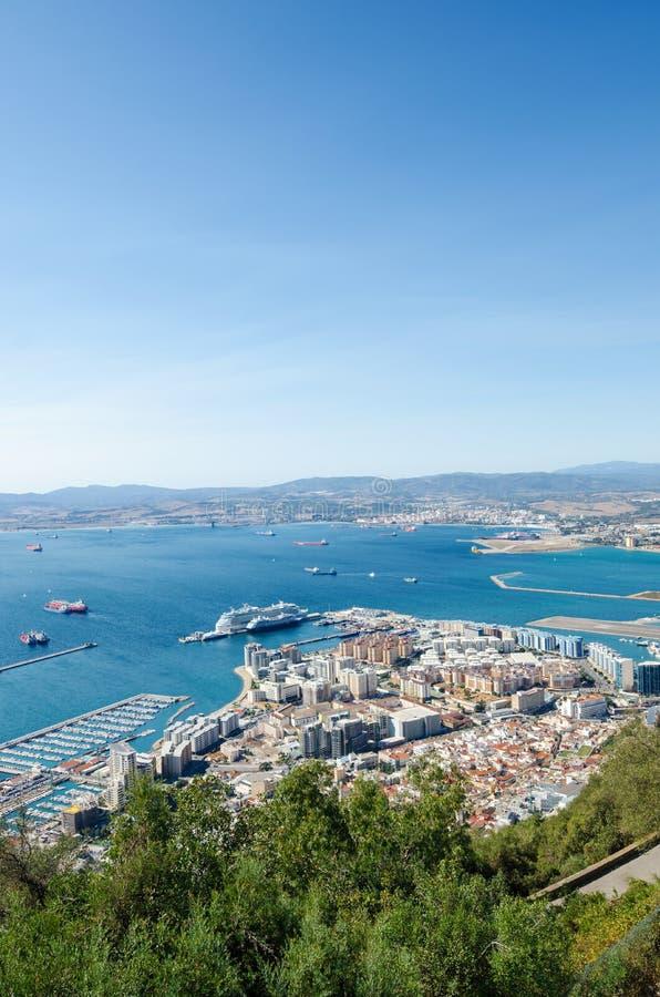 Total- sikt från överkanten av vagga av den Gibraltar staden arkivbilder