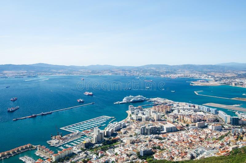 Total- sikt från överkanten av vagga av den Gibraltar staden, kryssningport och marina, flygplatslandningsbana, Gibraltar fjärd e royaltyfri fotografi