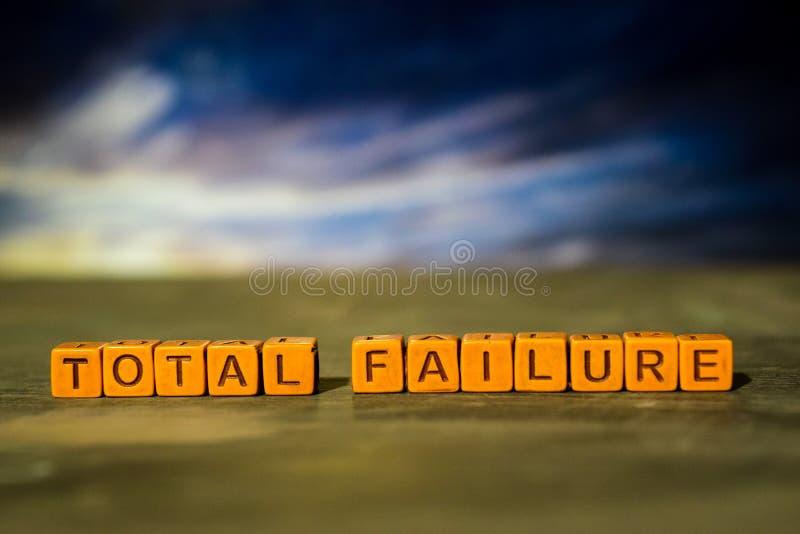 Totale mislukking op houten blokken Kruis verwerkt beeld met bokehachtergrond stock fotografie