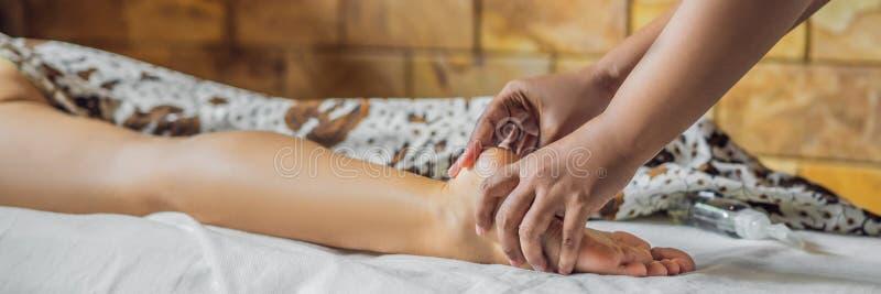 Totale ontspanning Mooie Jonge Wwoman krijgt Balinese of Thaise Massagebanner, LANG FORMAAT royalty-vrije stock foto