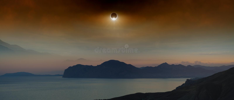 Totale zonneverduistering in donkerrode hemel boven overzees en bergen royalty-vrije stock foto's