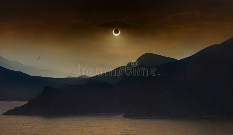 Totale zonneverduistering in donkerrode hemel boven overzees en bergen royalty-vrije stock afbeeldingen