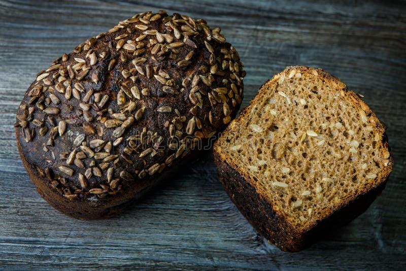 totalité et moitié de pain noir rectangulaire fait maison savoureux images libres de droits