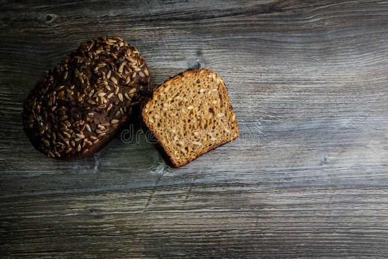 Totalité et moitié de pain de seigle rectangulaire fait main photos libres de droits