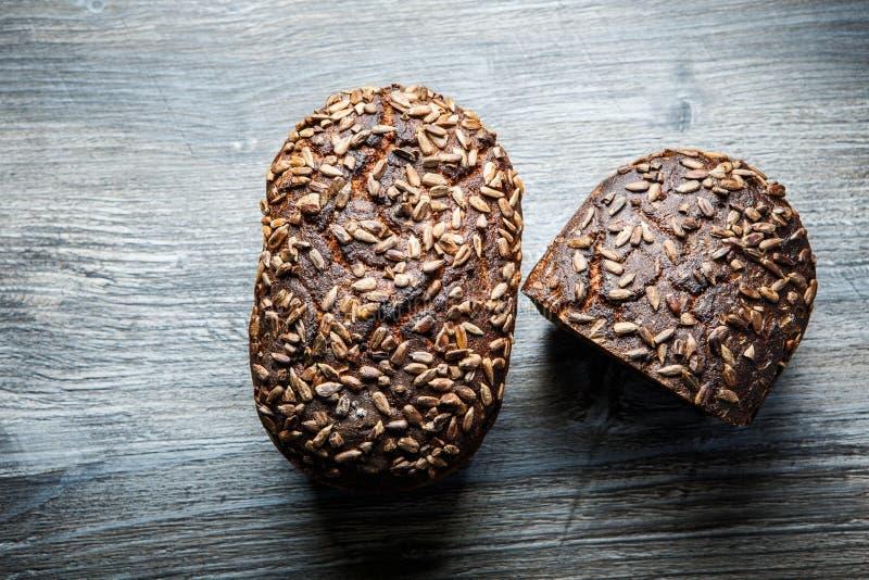 Totalité et moitié de pain de seigle rectangulaire fait main photo stock