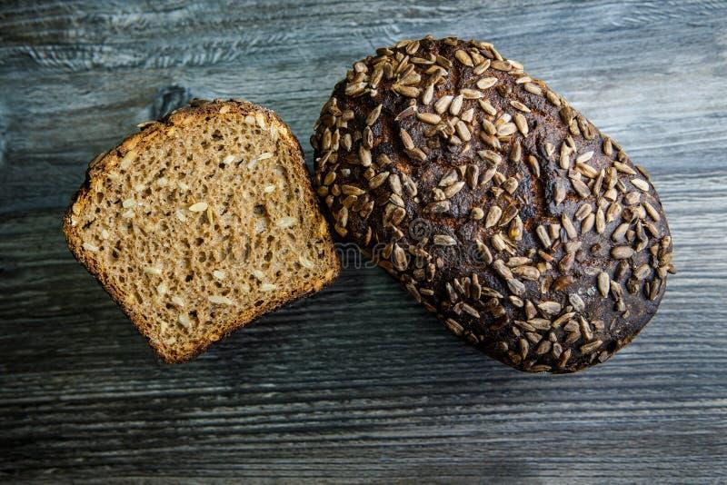 Totalité et moitié de pain de seigle rectangulaire fait main photo libre de droits