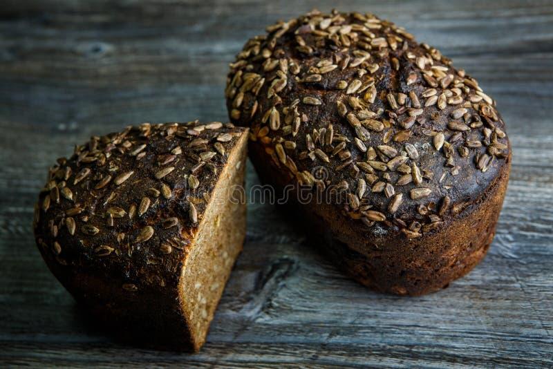 totalité et moitié de pain de seigle rectangulaire fait main savoureux image stock