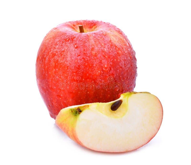 Totalité et tranche de pomme rouge de gala frais avec la goutte de l'eau photo libre de droits