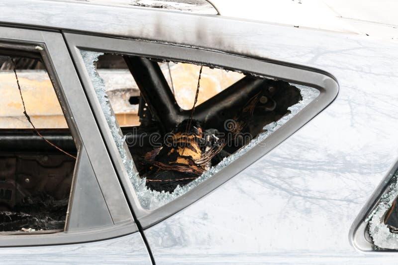 Totalt förstörda bilar brände i brand i krigzonen eller i nära övre för borgerliga demonstrationer arkivfoto