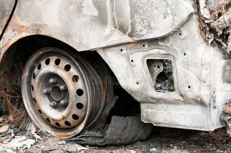 Totalt förstörda bilar brände i brand i krigzonen eller i nära övre för borgerliga demonstrationer fotografering för bildbyråer