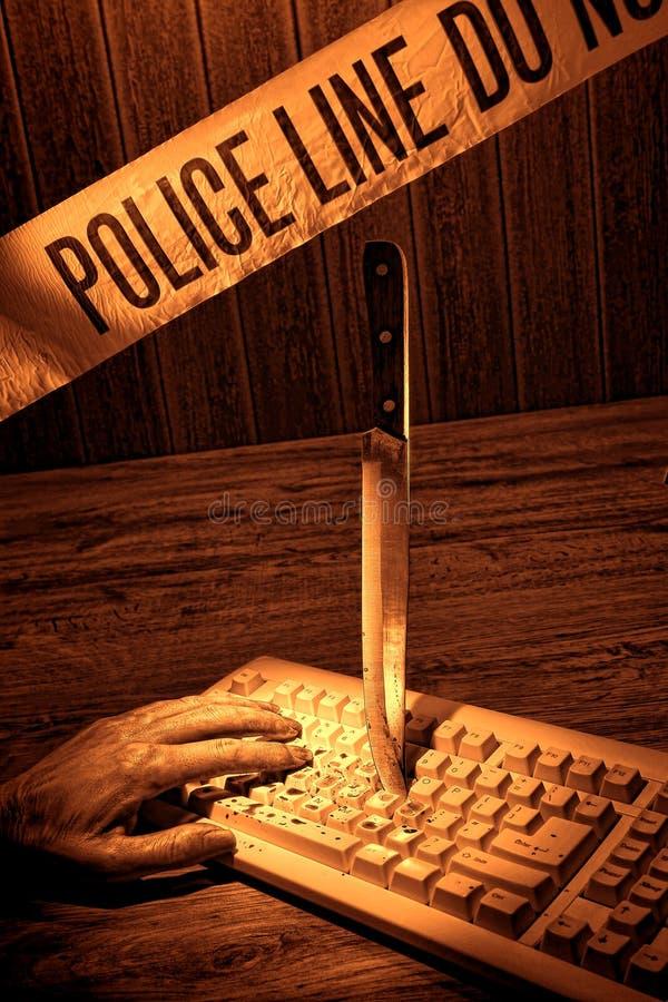 Tote Frauen-Hand auf Computer-Tastatur-Tatort stockfoto