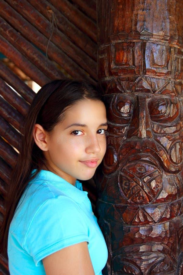 Totem de madeira indiano do sorriso adolescente mexicano Latin da menina fotografia de stock royalty free