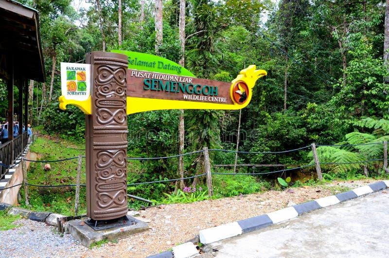 Totem de signe d'entrée avec le sanctuaire Kuching Malaisie d'orang-outan de réserve naturelle de Semenggoh de horbill photographie stock