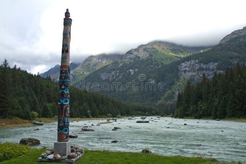 Totem de Tlingit sur la rivière de Chilkoot, près de Haines, AK image libre de droits