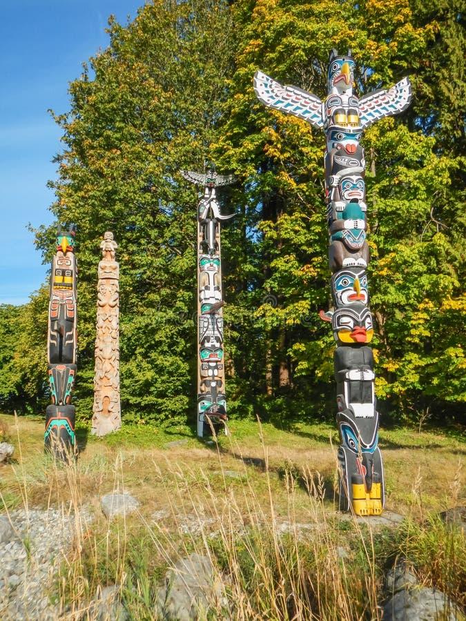 Totem indiani variopinti nel parco di Stanley Vancouver Canada fotografie stock