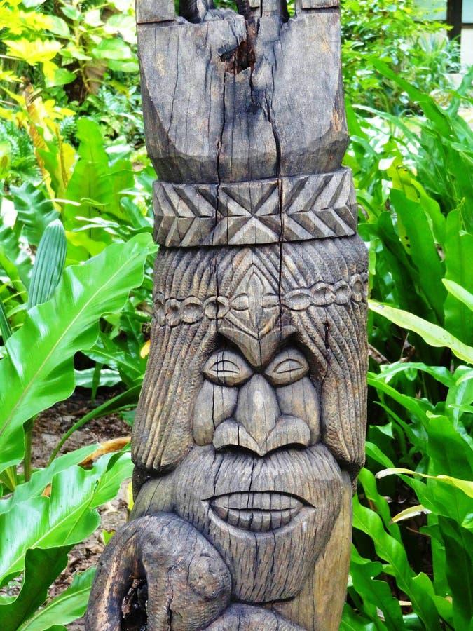 Totem mélanésien sculpté de tiki dans les goupilles ( de DES d'Ile ; Île de Pines) ; image stock