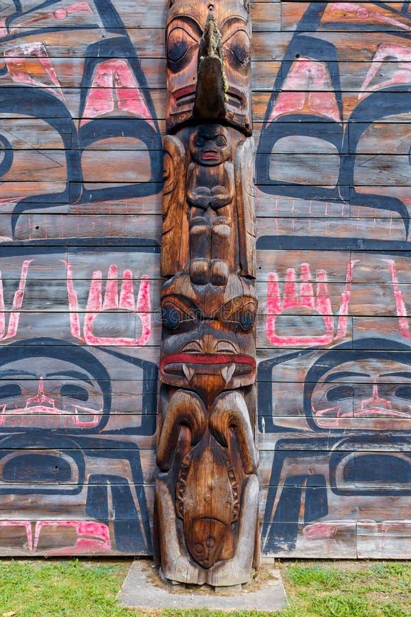 Totem Pole vid Ksan Historical Village royaltyfri fotografi