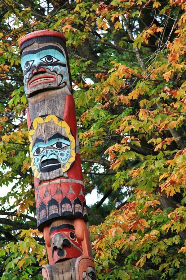 Totem Polonais, couleur d'automne, feuilles d'automne, paysage de ville en Stanley Paark, Vancouver du centre, Colombie-Britanniq images stock