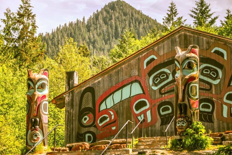 Totemkonst och carvings på saxmanbyn i ketchikan alaska arkivbilder