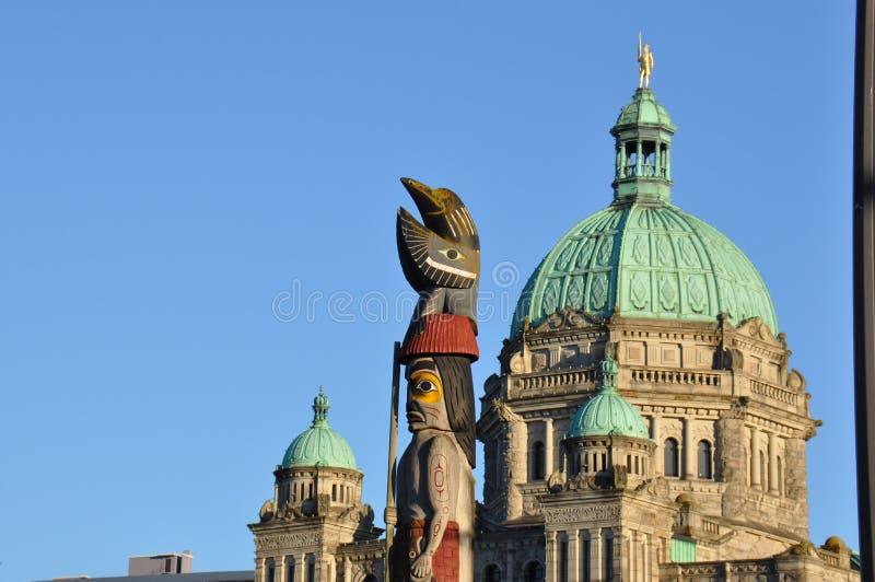 Totempåle framme av B C Lagstiftande församlingbyggnad royaltyfri bild