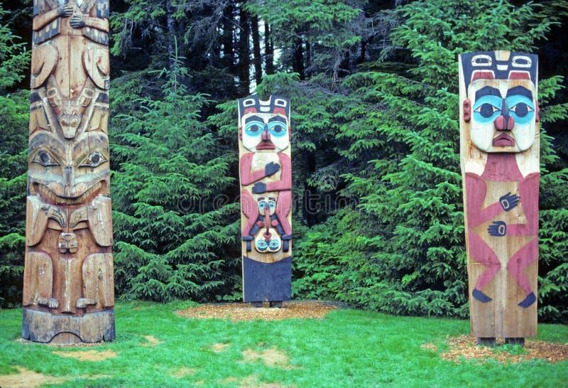 Totempfähle in Alaska lizenzfreies stockfoto