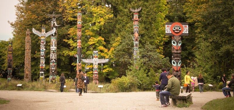 Totempfähle bei Stanley Park, Vancouver, BC stockbild
