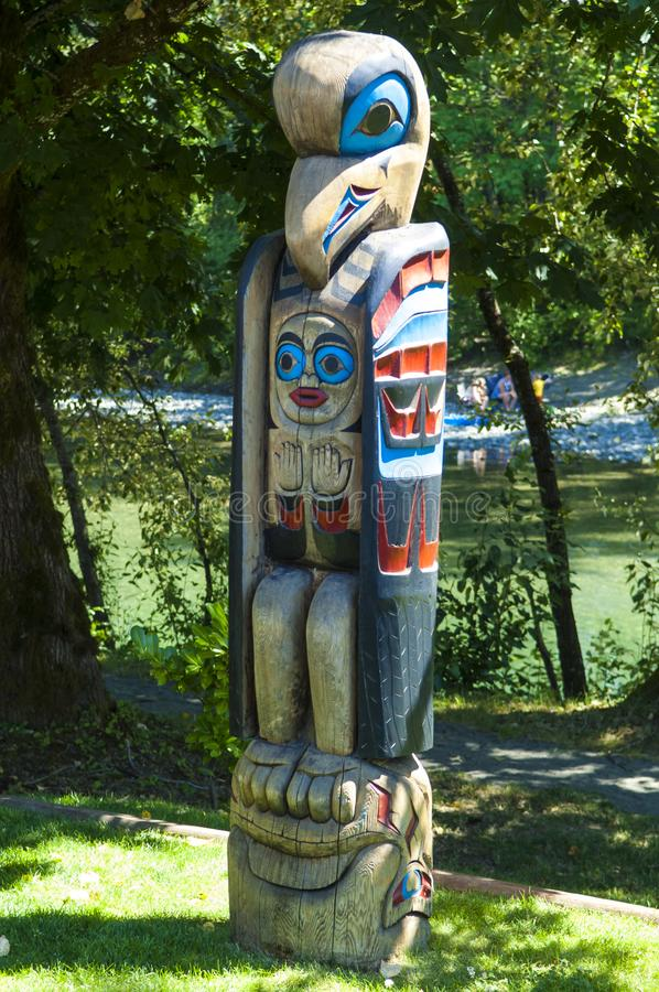 Totempfahl in Quw-` utsun ` kulturell und im Konferenzzentrum, Vancouver Island, Kanada lizenzfreie stockbilder
