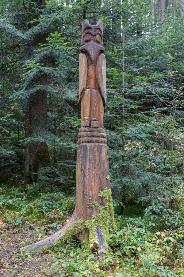 Totemstaak in het bos stock afbeelding