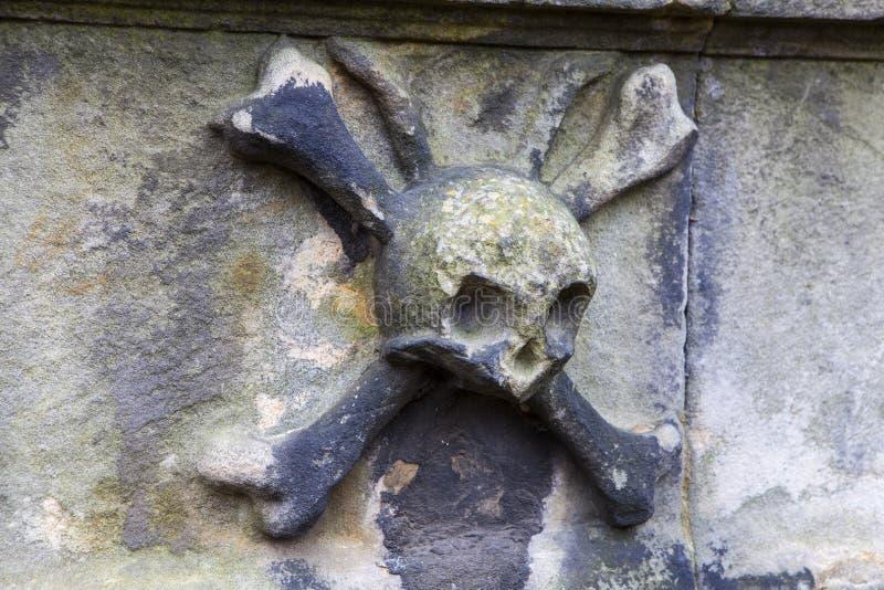 Totenkopf mit gekreuzter Knochen stockfotos