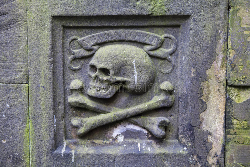 Totenkopf mit gekreuzter Knochen lizenzfreies stockbild