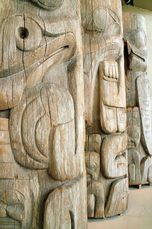 Totens indianos da costa oeste, UBC, Vancôver BC fotografia de stock