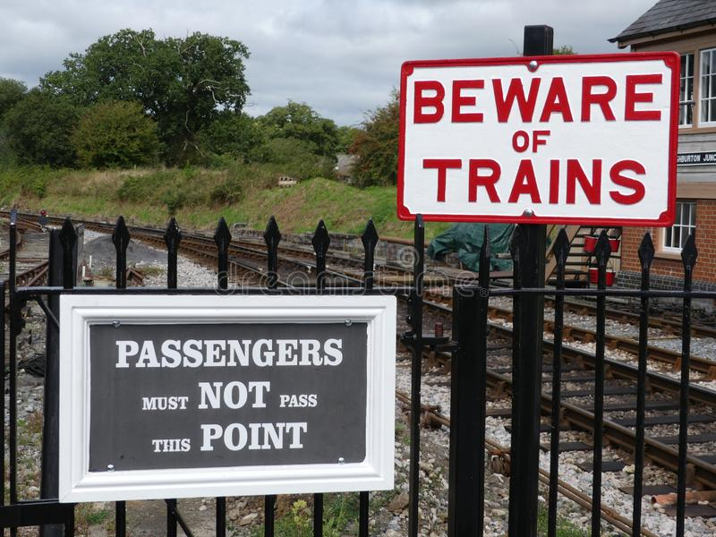 Totnes, Devon, het UK - 27 Augustus 2018 - Totnes-het station van de stoomtrein, die hier voor het Wilde Rassenlandbouwbedrijf op stock foto's