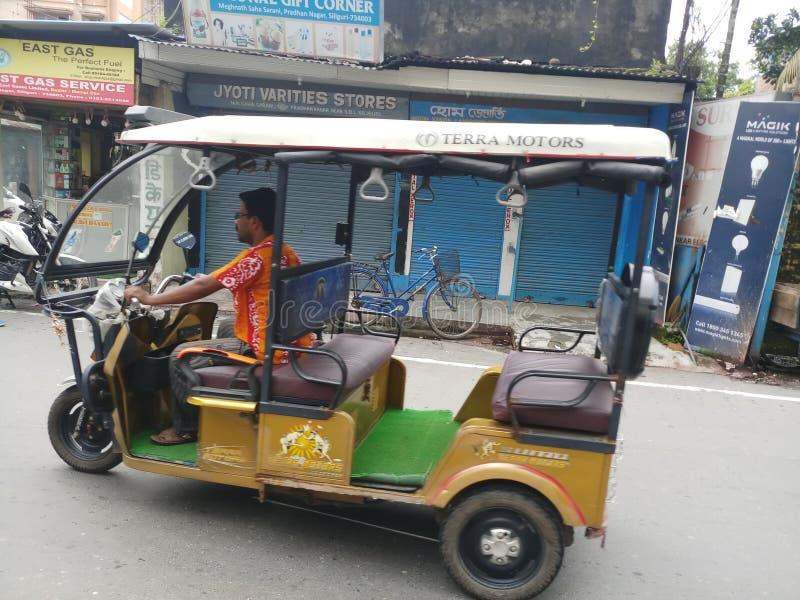 TOTO een elektrisch voertuig om mensen te reizen stock afbeeldingen