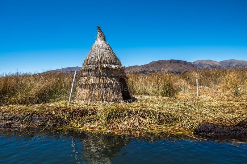 Totora cobre cabanas em uma ilha de flutuação sintética, lago Titicaca, Pe fotografia de stock royalty free