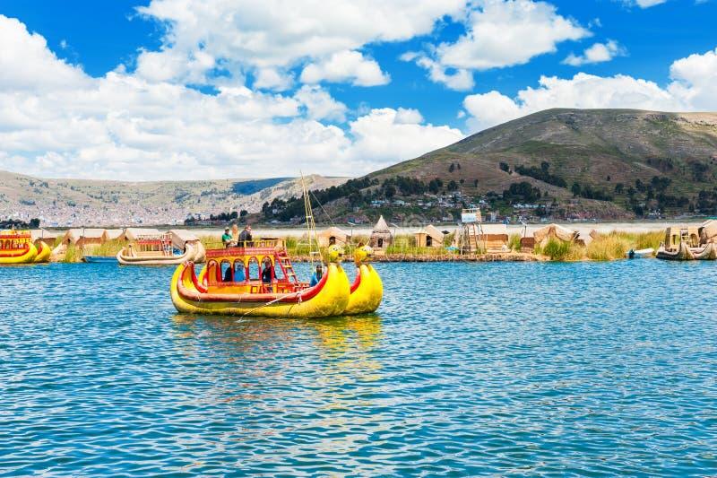 Totora fartyg nära Uros som svävar öar på Titicaca sjön, Peru arkivbilder