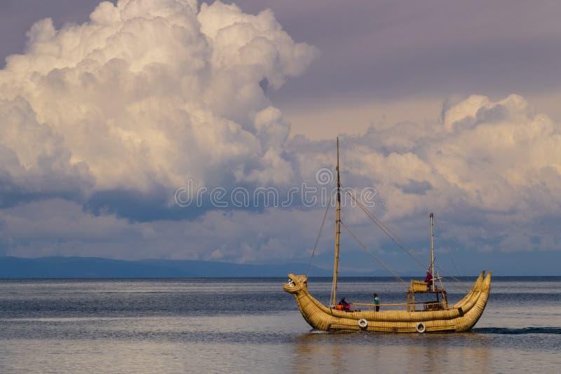Totora gemaakte boot in meer Titicaca, Bolivië stock fotografie