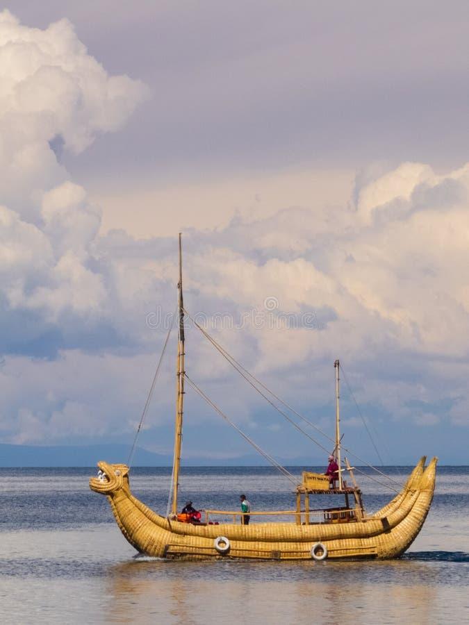 Totora gjorde fartyget i sjön Titicaca, Bolivia royaltyfria bilder