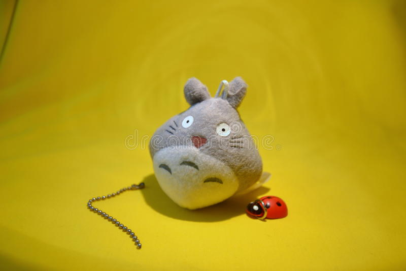 Totoro avec la coccinelle image stock