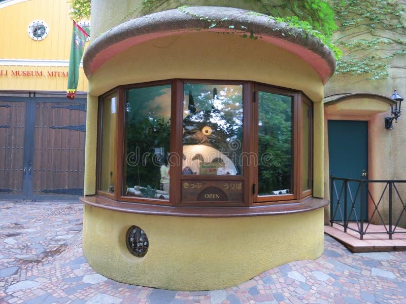 Totoro in de kaartjescabine van Museum Ghibli royalty-vrije stock afbeeldingen