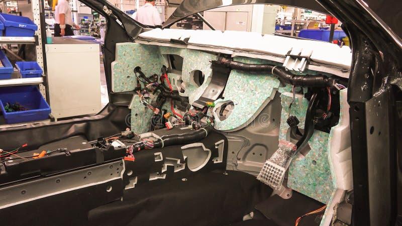 Totstandbrenging van het elektrosysteem van een auto stock afbeeldingen