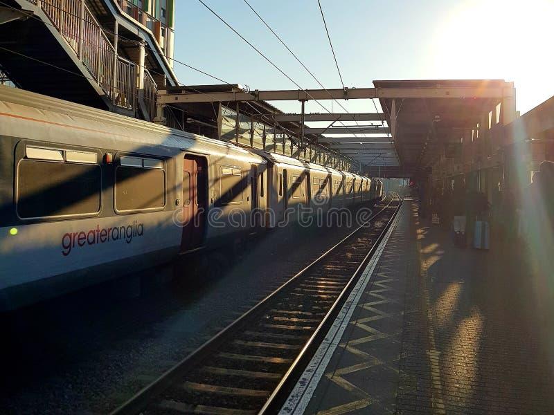 Tottenham Hale Station z londyńskim pociągiem na początku popołudnia zdjęcie stock