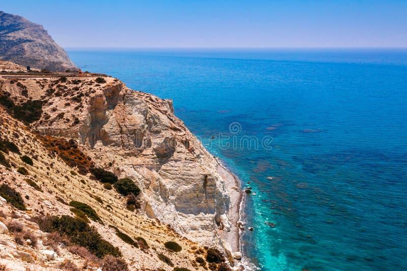 Tou panorámico Romiou (la roca del griego), el lugar de nacimiento legendario del Petra del paisaje del Aphrodite en Paphos, isla fotos de archivo libres de regalías