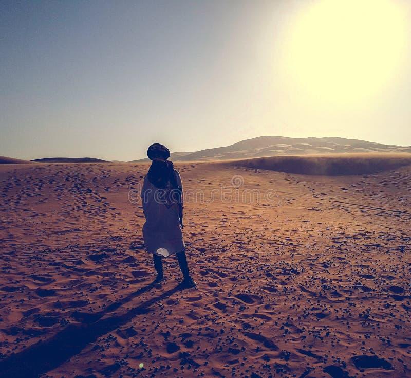 Touareg an der Sahara-Wüste lizenzfreie stockbilder