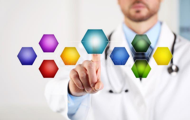 Touch screen della mano di medico con i simboli e le icone vuoti colorati per lo spazio della copia nel fondo bianco fotografia stock libera da diritti