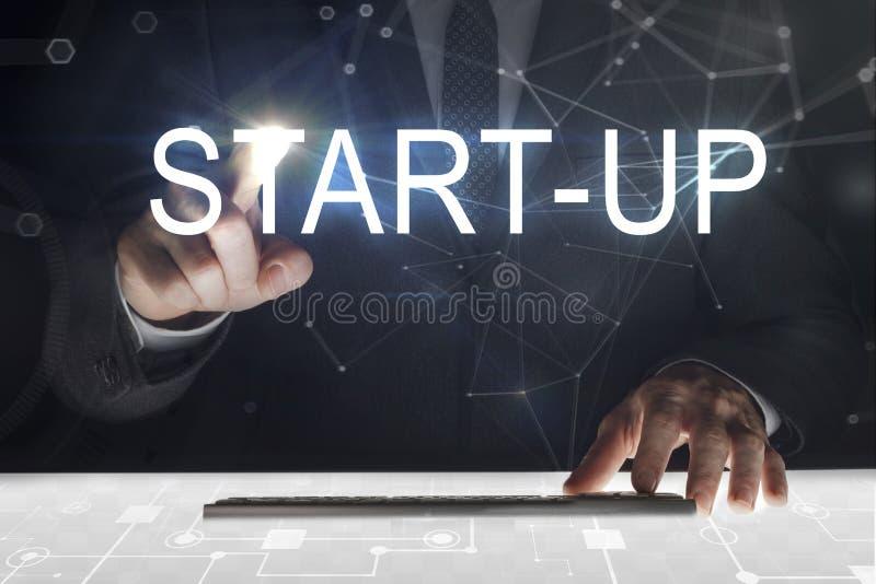 Touch Screen des Geschäftsmannes mit 'Start'Schreiben lizenzfreies stockfoto