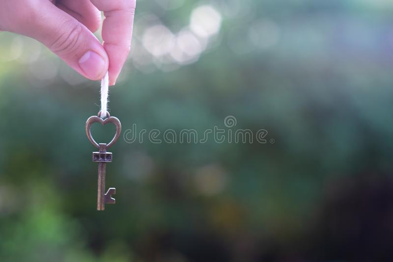 Touche début d'écran avec le porte-clés de maison accrochant avec le fond vert de jardin photos libres de droits