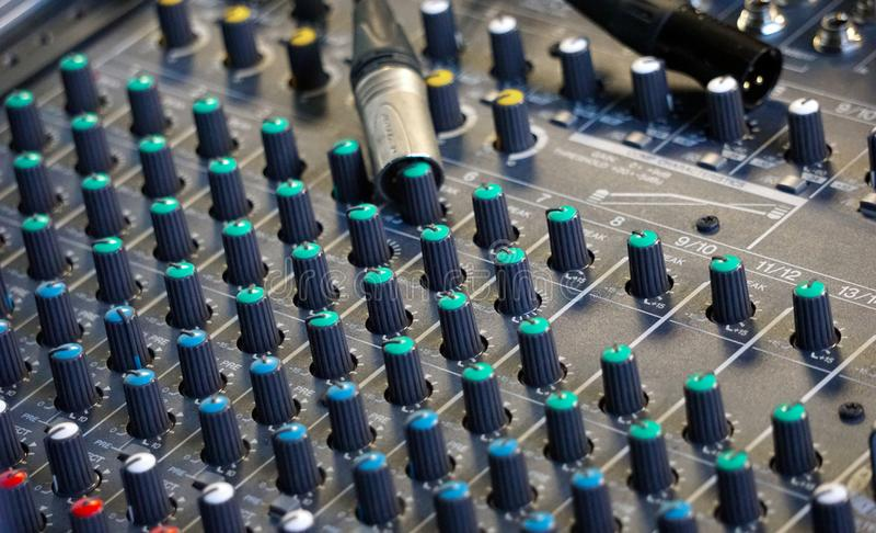 Touches et connecteurs de console audio images stock