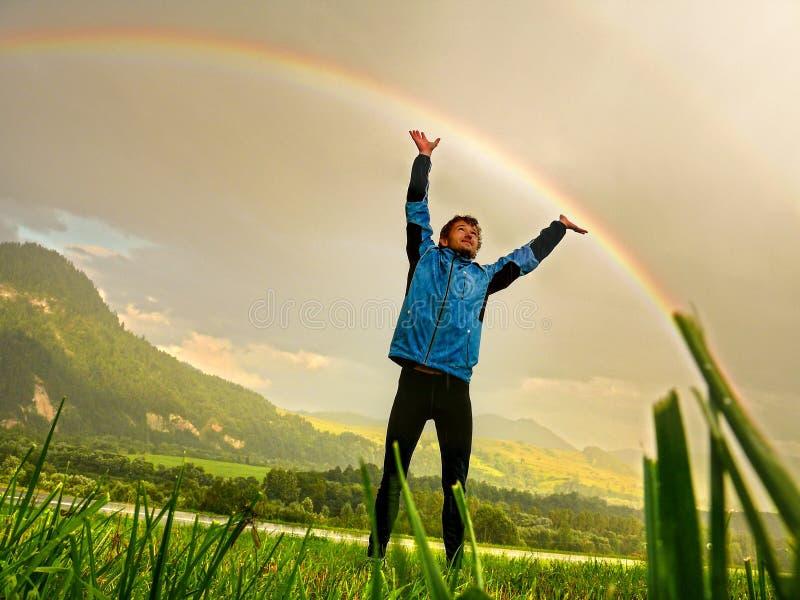 Touchez un arc-en-ciel image libre de droits