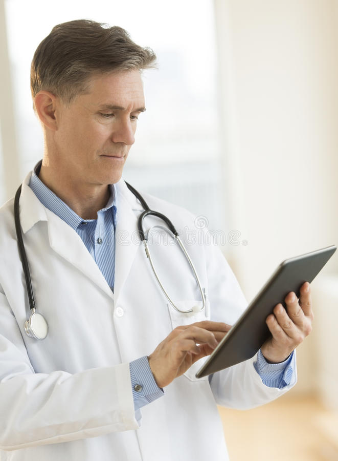 Touching Digital Tablet In医生诊所 免版税图库摄影